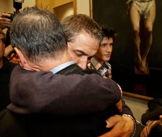 Jan De Wilde, de man van slachtoffer Els Van Doren, valt in de armen van Vermassen. Zijn zoon Vincent glundert.