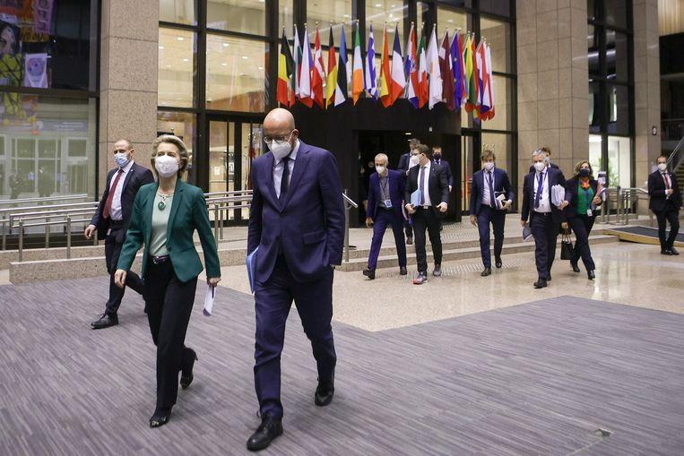Charles Michel en Ursula von der Leyen vlak voor een persconferentie aan het einde van de Europese top. Beeld REUTERS