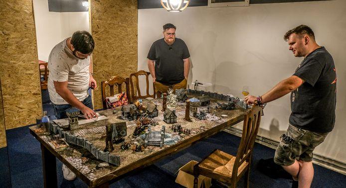 Deze vrienden proberen een oorlogsspel uit, in Crafty Potions