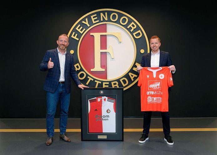 Oranje Wit-voorzitter Jan-Willem Bozuwa (links) en Raymond van Meenen, manager van de Feyenoord Academy, ondertekenden zaterdag het samenwerkingscontract tussen beide clubs.
