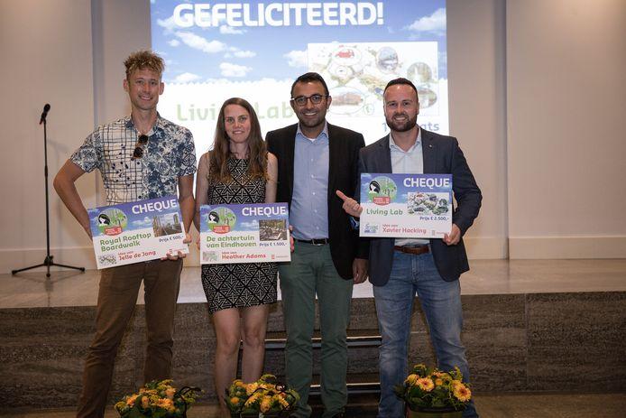 De winnaars van de prijsvraag voor ideeën voor het  Emmasingelkwadrant cq het Victoriapark daar met wethouder Yasin Torunoglu.
