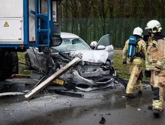 Auto botst op vrachtwagen aan tankstation op E314