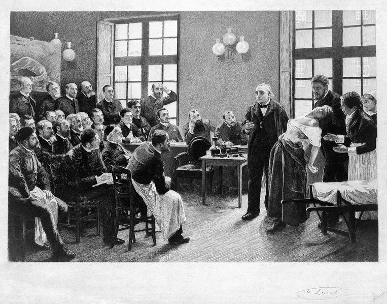 Jean-Martin Charcot, hoofd van de afdeling hysterie in het Parijse Hôpital de la Salpêtrière, wekt voor een aandachtig gehoor een aanval op bij een vrouw. Eén keer per jaar was er een groot bal in het ziekenhuis. Beeld Wellcome Library, London