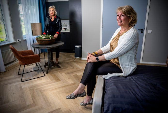 Manager Els Imthorn (rechts) is trots op het nieuwe hospice IJsselpolder in Rotterdam-Ommoord, links coördinator Wendy Engelen.
