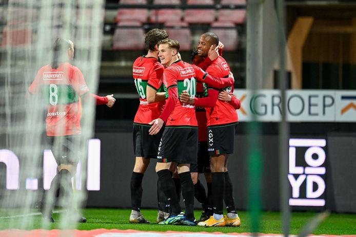 Rangelo Janga (rechts) wordt bejubeld na zijn goal voor NEC tegen Jong PSV.