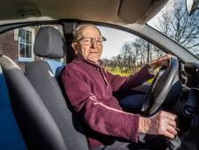 Denekamper Gerard mag blijven rijden tot hij 105 jaar oud wordt: 'Heel blij mee'