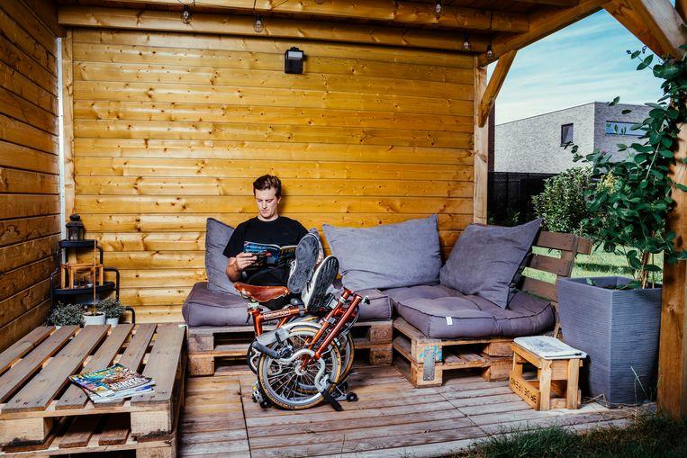 Matthias Engels (30) schafte zich twee jaar geleden een Brompton aan.  Beeld © Stefaan Temmerman