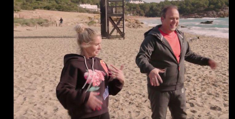 Frans (rechts, denken we) en Mariska Bauer dansen op het strand van Ibiza in het programma De Bauers: bestemming onbekend. Beeld RTL