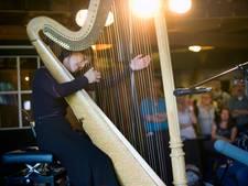 Lavinia Meijer met harp in nok van Amphion