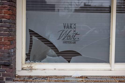 Schade aan gevel en ramen van een café in Amsterdam-West na ontploffing van een vuurwerkbom.