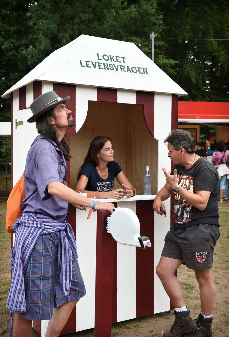 Festival Bezoekers hebben de mogelijkheid om met een predikant te praten over hun levensvragen. Beeld Marcel van den Bergh