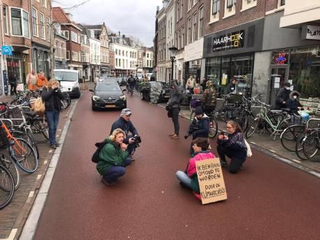 Domklimmer Sebastiaan (20) wéér aangehouden: actievoerder blokkeert Voorstraat tijdens protestactie