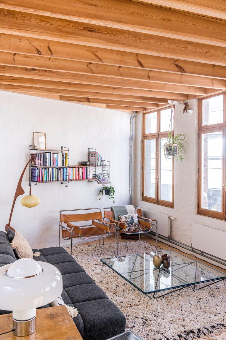 De Alanda-salontafel is van Paola Piva, de twee Wassily-stoelen in bruin leder van Marcel Breuer. Beeld Luc Roymans