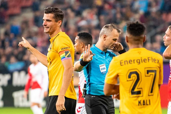 Arbiter Bjorn Kuipers luistert tijdens FC Utrecht-NAC naar de VAR.