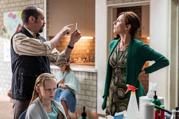 Steven Beersmans (Karel) en Elise Bundervoet (Nancy) in 'De Luizenmoeder' op VTM.