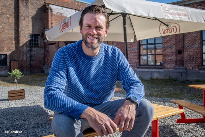 Sven Uyttersprot aan de zomerbar van De Bevoorrading aan de Filatuur in Aalst.
