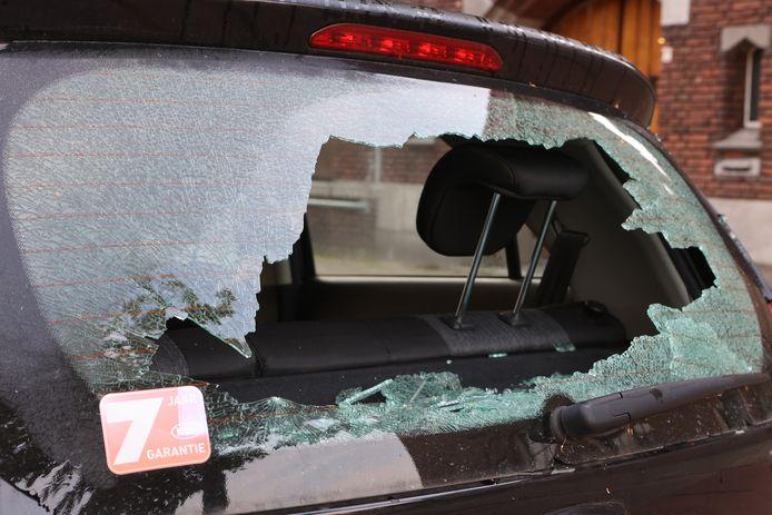 Ook auto's die rondom de slagerij geparkeerd waren, ontkwamen niet aan de dreun.