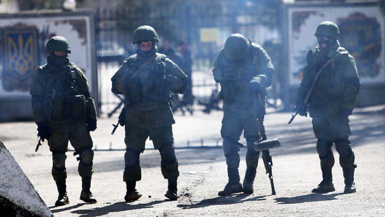 Russische soldaten houden de wacht voor een militaire basis nabij Simferopol op de Krim. Beeld getty