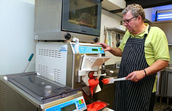 Frans Baks is nu bezig met ijs maken.