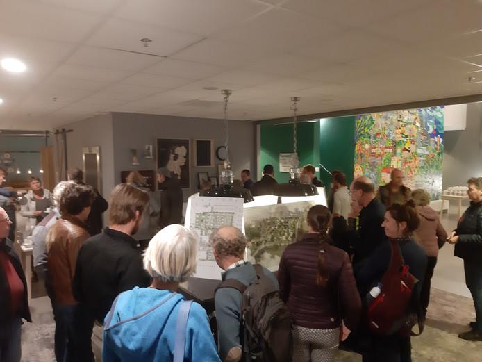 Veel belangstelling voor de presentatie van het definitieve plan voor de bijzondere wijk Olstergaard in het Holstohus.