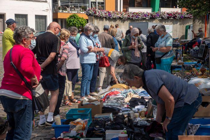 Opnieuw snuisteren tussen de kramen op de rommelmarkt van Wetteren.
