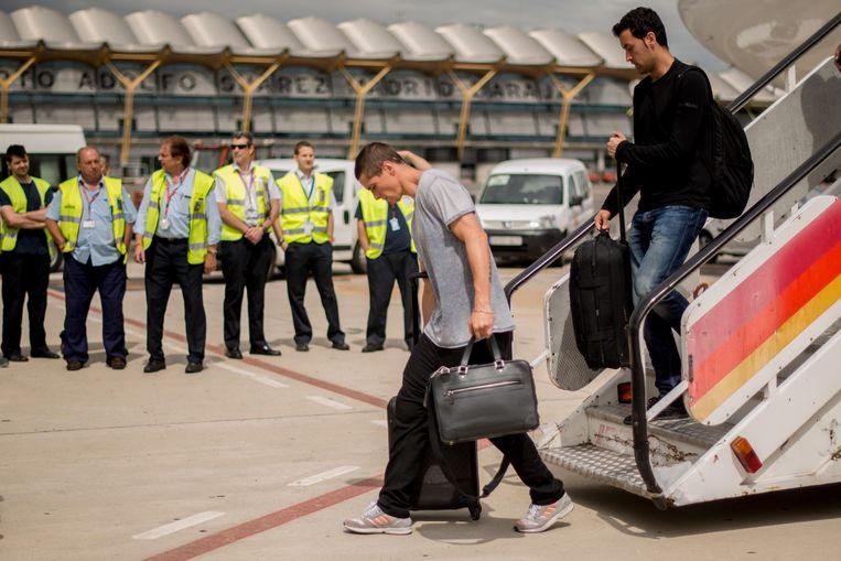 Fernando Torres en Sergi Busquets komen aan op luchthaven Barajas-Adolfo Suarez. Beeld getty