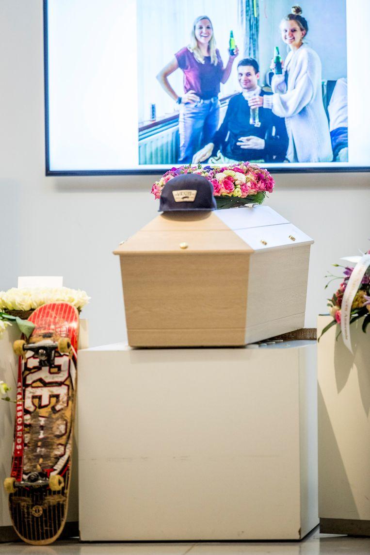 Uitvaart van Nathan Bundy, met zijn pet en skateboard naast en op zijn kist.