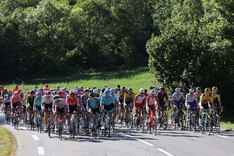 Het peloton op weg naar Orcières-Merlette. Beeld AFP