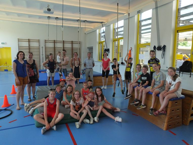 De leerlingen, leerkrachten en leden van de ouderraad van Leieparel in de nieuwe polyvalente zaal.