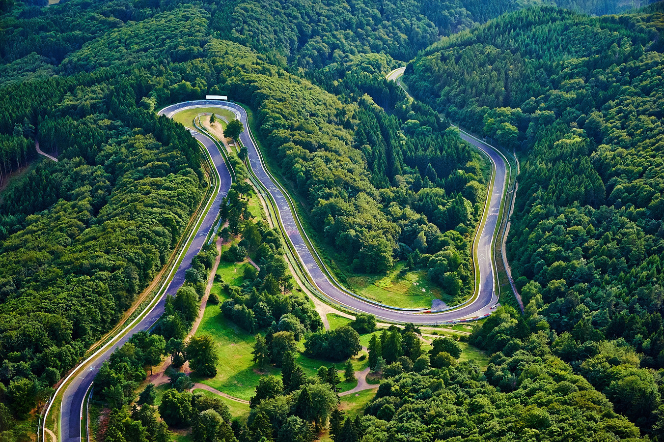 De Nürburgring is het gevaarlijkste stuk asfalt van Europa, met zijn vele bochten, hoogteverschillen en korte uitloopstroken.