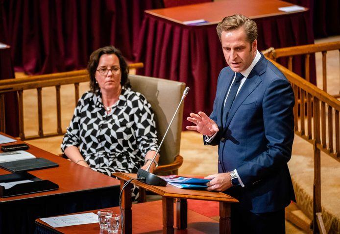 Demissionair minister Tamara van Ark voor Medische Zorg (links) en demissionair minister Hugo de Jonge van Volksgezondheid tijdens het debat in de Ridderzaal.