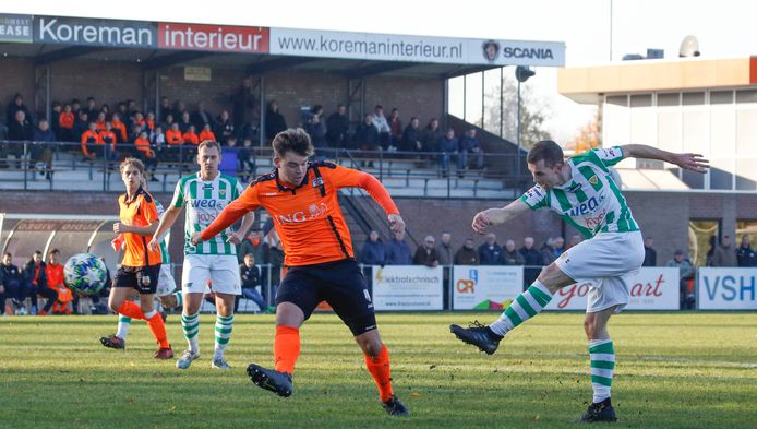Kloetinge (groen-wit) in actie in de derby van de eerste klasse tegen Terneuzense Boys.
