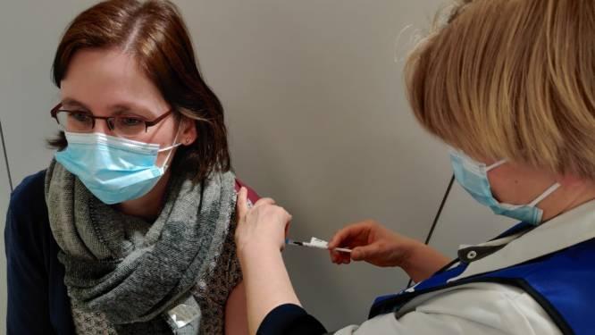 Hoogstraatse verpleegkundige Brigitte is eerste die prikje krijgt in Weelde Depot