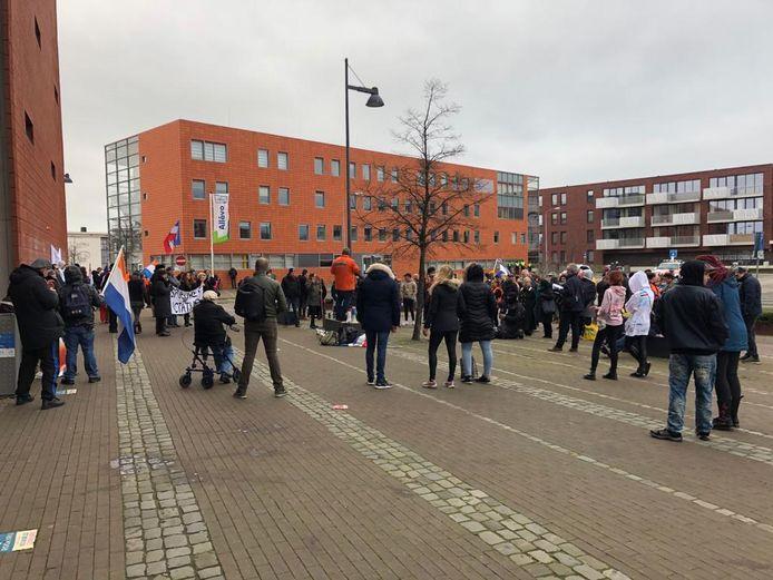 Op het Hollandiaplein verzamelden zich zo'n honderd deelnemers.