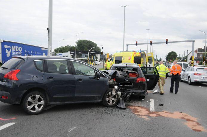 Bij het ongeval raakte één inzittende gewond.