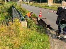 Gesprongen waterleiding zorgt voor groot gat: weghelft Boutenslaan in Eindhoven afgesloten