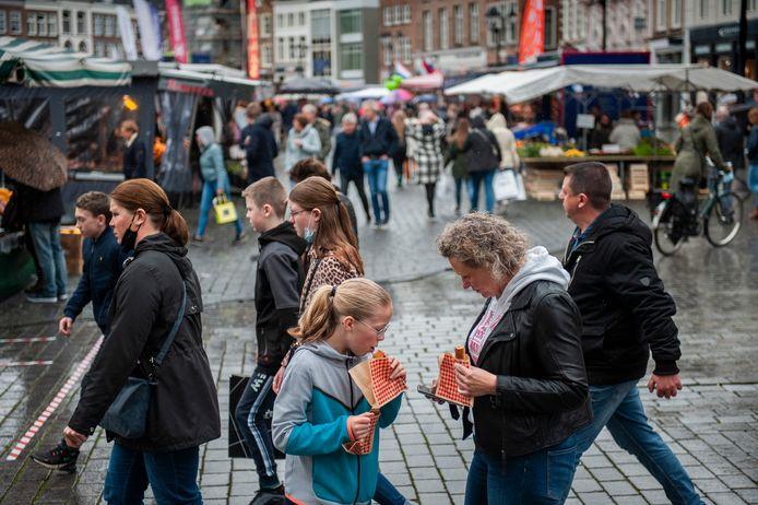 Winkelend publiek zaterdag op de Markt van Den Bosch. Zouden (parkeer)kortingen helpen om een grote groep te verleiden om niet op zaterdag winkelen?