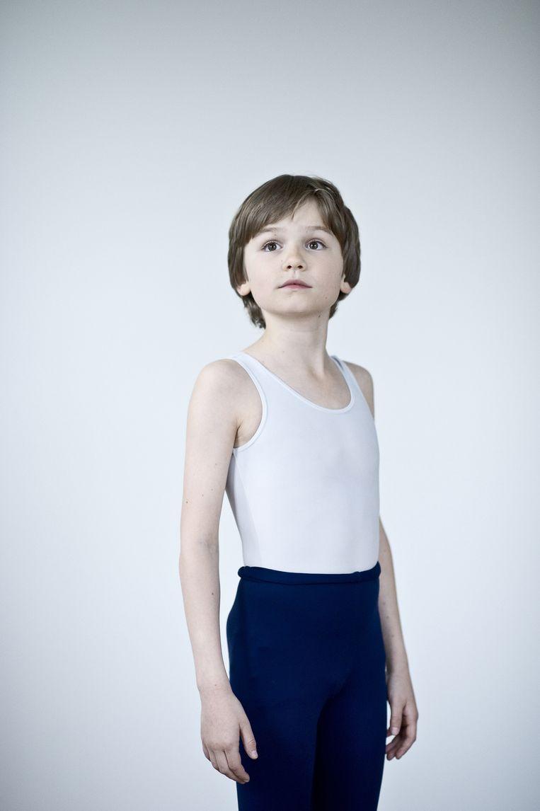 <strong>Stijn (13) uit Amsterdam</strong><br /><strong>Wat vind jij de leukste scène om te spelen?</strong><br />''Angry Dance.' Daarin wil Billy naar een auditie, maar hij mag niet van z'n vader. Dan komt zijn dansjuf, mrs. Wilkinson, bij hem thuis en zegt dat hij een mislukkeling is. Daardoor wordt Billy boos en gaat hij heel wild tapdansen.'<br /><br /><strong>Hoe lang zit je op ballet?</strong><br />'Hiervoor heb ik twee jaar op de Nationale Balletacademie in Amsterdam gezeten.'<br /><br /><strong>Wat is je sterke kant?</strong><br />'Ik pik dingen snel op. Toen ik hieraan begon, had ik nog nooit getapt. Eerst kregen we de basis, zodat we de techniek goed kenden. De laatste maanden voeren ze het tempo op en krijgen we de echte choreografie.' Beeld Linelle Deunk