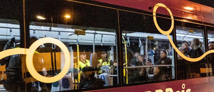 De dierenactivisten wachten in de stadsbus tot ze naar het cellencomplex worden gebracht.