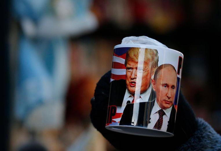 Een mok met de foto van Trump en Poetin.  Beeld EPA