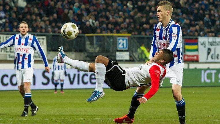 Vilhena schiet acrobatisch op het doel van SC Heerenveen. Beeld ANP