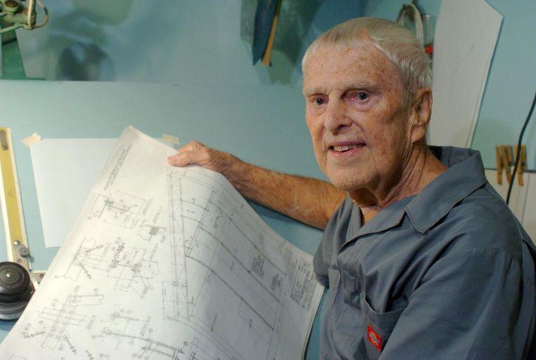 Oscar Holderer met enkele technische tekeningen.