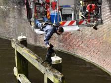 Brandweer vist met hoogwerker kat uit Haagse Trekvliet