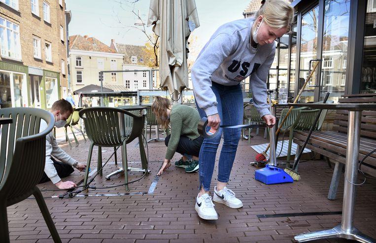 Voorbereiding voor een anderhalvemeterterras in Nijmegen.  Beeld Marcel van den Bergh / de Volkskrant
