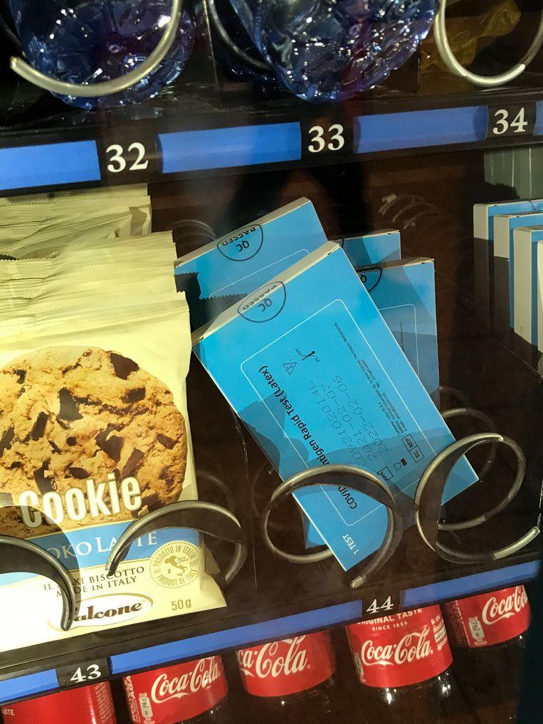 De sneltests in de snoepautomaat van de Amsterdamse metro worden onterecht verkocht als zelftest. Beeld