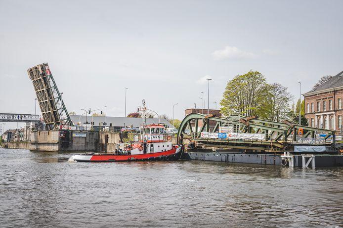 Het herstelde brugdeel van Meulestedebrug wordt met een boot teruggebracht.