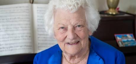 Suus Moll (92) mag na anderhalf jaar thuis zitten eíndelijk weer zingen: 'Het zal anders zijn dan anders'