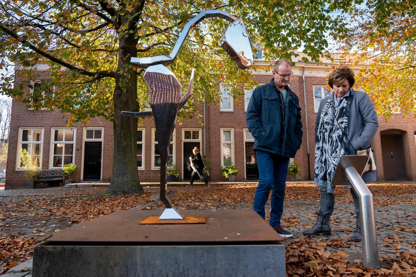 Heusden kent al de nodige kunst. Op het Jacob van Eijkplein staat een sokkel, met daarop een wisselend kunstwerk. Hier een abstract stalen paard van Bart Somers.