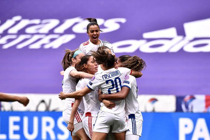 Vreugde bij de speelsters van Olympique Lyon na de vroege goal van Catarina Macario.