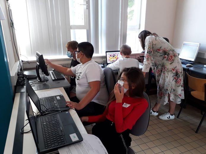 De leerlingen van het Atheneum in Denderleeuw aan het werk achter de laptop.